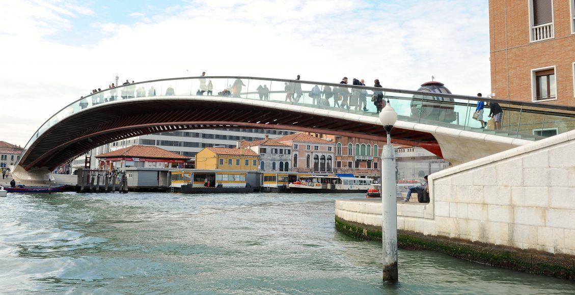 39 personnes ont pris part au voyage organisé à Venise et à travers la Vénétie.   La première journée sur les routes de la Vénétie nous a mené au pied des réalisations de Scarpa, Palladio ou encore Tadao Ando.  Les deux journées suivantes ont été consacrées à la Biennale d'architecture, raison d'être de ce voyage. Le Pavillon Français, sa genèse et les différents projets exposés, nous ont été contés par Boris Nauleau*.  Accompagnés d'Etienne Taburet de l'agence Aître, nous avons profité de ses commentaires éclairants tout au long du voyage, dans une ville où l'art et l'architecture ne font qu'un.   * Boris Nauleau, membre du collectif AJAP 2014,  co-auteur du Pavillon Français avec Frédéric Bonnet